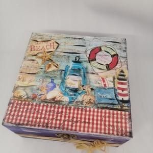 Tengerész dobozka , Otthon & Lakás, Dekoráció, Decoupage, transzfer és szalvétatechnika, Festett tárgyak, Festett fa dobozka vidám tengerész l.15x15x6 cm es mérettel.A dobozka a lakkrétegnek köszönhetően ví..., Meska