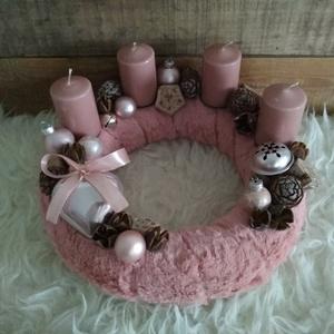 Vintage rózsaszín adventi koszorú szívvel, Otthon & Lakás, Karácsony & Mikulás, Adventi koszorú, Mindenmás, Vintage rózsaszín színvilágú szőrmés adventi koszorú szív dísszel, gömbökkel, száraz termésekkel.\nÁt..., Meska