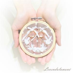 AKCIÓ! 10% kedvezmény Fehér rózsakoszorú esküvői gyűrűpárna, Gyűrűtartó & Gyűrűpárna, Kiegészítők, Esküvő, Varrás, Hímzés, Egy romantikus vintage sítusú esküvő elengedhetetlen kelléke egy szép és igényes gyűrűátadó párna, a..., Meska