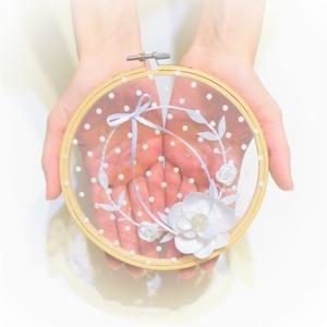 Fehér virágkoszorú esküvői gyűrűpárna, Esküvő, Gyűrűpárna, Dekoráció, Otthon & lakás, Nászajándék, Varrás, Hímzés, Egy romantikus vintage sítusú esküvő elengedhetetlen kelléke egy szép és igényes gyűrűátadó párna, a..., Meska