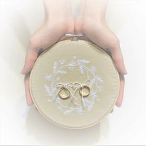 AKCIÓ! 10% kedvezmény Natúr fehér koszorú esküvői gyűrűpárna, Gyűrűtartó & Gyűrűpárna, Kiegészítők, Esküvő, Varrás, Hímzés, Egy romantikus vintage sítusú esküvő elengedhetetlen kelléke egy szép és igényes gyűrűátadó párna, a..., Meska