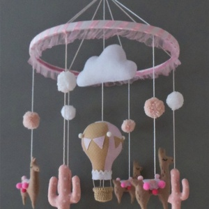 Rózsaszín alpakás babaforgó, Gyerek & játék, Gyerekszoba, Mobildísz, függődísz, Otthon & lakás, Dekoráció, Varrás, Hímzés, Bájos, vidám babaforgó cuki alpakákkal, pöttyös rózsaszín kaktuszokkal, hőlégballonnal, pomponokkal ..., Meska