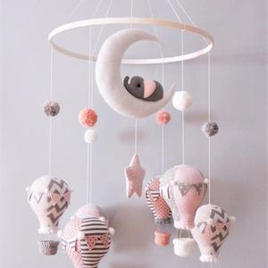 Ballon tánc-kis elefántos babaforgó, Kiságyforgó, 3 éves kor alattiaknak, Játék & Gyerek, Varrás, Bájos babaforgó gyönyörű hőlégballonokkal, pomponokkal és egy holdon hintázó kiselefánttal.\nA mobil ..., Meska