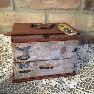 Lepkés vintage ékszertartó, Ékszerdoboz, Ékszertartó, Ékszer, Famegmunkálás, Decoupage, transzfer és szalvétatechnika, Ezt a dobozkát kékes árnyalatú pillangós mintába öltöztettem:) \nTeteje felnyitható alja pedig kihúzh..., Meska
