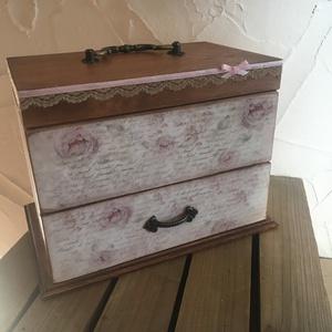 Rózsás vintage ékszertartó, Ékszer, Ékszertartó, Famegmunkálás, Decoupage, transzfer és szalvétatechnika, Ezt a dobozkát Rózsás vintage mintába öltöztettem:) \nTeteje felnyitható alja pedig kihúzható fiókos...., Meska