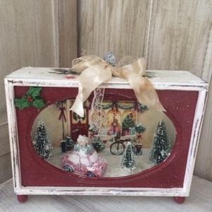 Karácsonyi mesedoboz, Karácsony, Karácsonyi dekoráció, Decoupage, transzfer és szalvétatechnika, Karácsonyi mesedoboz piros mesés dolgokkal!\nMérete 21x16x7 cm\nKésztermék azonnal szállítható!\n\nKöszö..., Meska