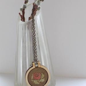 Rózsás nyaklánc a tavasz jegyében :-), Ékszer, Nyaklánc, Keresztszemes hímzéssel, különleges mini keretbe foglalt rózsás nyaklánc, mely antik bronz láncot ka..., Meska