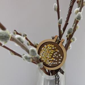 Tavaszi sárga hímzett nyaklánc, Ékszer, Nyaklánc, Keresztszemes hímzéssel, különleges, egyedi keretbe foglalt medál, bronz lánccal. A keret 4 cm átmér..., Meska