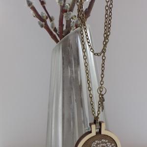 Fehér rózsás nyaklánc, Ékszer, Nyaklánc, Keresztszemes hímzéssel, különleges egyedi keretbe foglalt medál, bronz lánccal. A keret 4 cm átmérő..., Meska