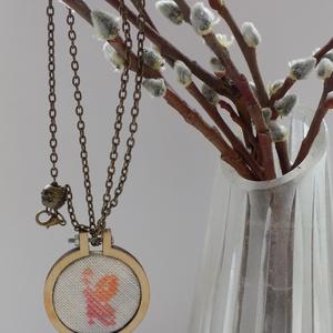 Pillangós tavaszi nyaklánc, Ékszer, Nyaklánc, Keresztszemes hímzéssel, különleges egyedi keretbe foglalt medál, bronz lánccal. A keret 4 cm átmérő..., Meska