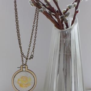 Sárga rózsás nyaklánc, Ékszer, Nyaklánc, Keresztszemes hímzéssel, különleges egyedi keretbe foglalt medál, bronz lánccal. A keret 4 cm átmérő..., Meska