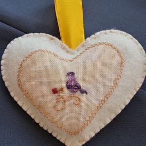 Madárkás szív, Otthon & Lakás, Dekoráció, Kereszszemes hímzéssel díszített gyapjúfilc tavaszi dísz.  Mérete: 9*10 cm  + szalag akasztó  Egy da..., Meska