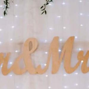 Mr és Mrs esküvői háttér dekoráció, Otthon, lakberendezés, Esküvő, Esküvői dekoráció, Nászajándék, Famegmunkálás, Fából készült Mr&Mrs feliratú dekorációs  dísz Az esküvői főasztal mögötti dekoráció natúr nyírfábó..., Meska