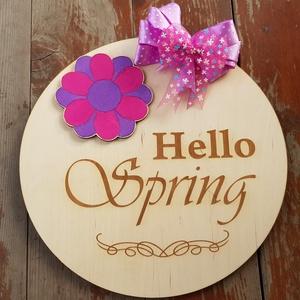 Hello Spring, Hello Tavasz ajtó dekoráció, kopogtató, Otthon, lakberendezés, Ajtódísz, kopogtató, Koszorú, Famegmunkálás, Festett tárgyak, A legszebb tavaszi ajtódekoráció Hello Srping, Hello Tavasz felirattal. Színes virággal és masnikka..., Meska