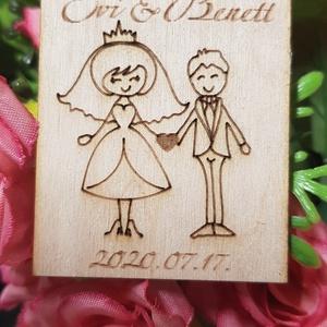 Köszönet ajándék, Köszönő ajándék, Hűtőmágnes - szerelmespár, esküvőre, Esküvő, Emlék & Ajándék, Köszönőajándék, Gravírozás, pirográfia, Szerelmespárt ábrázoló fa hűtőmágnes.\n\nEsküvőre köszönő ajándéknak ajánljuk saját nevetekkel és dátu..., Meska