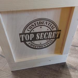 Top secret fa láda, Ajándék doboz, Születésnapi fadoboz, Otthon & Lakás, Tárolás & Rendszerezés, Doboz, Gravírozás, pirográfia, Famegmunkálás, A képen látható kíváló minőségű, masszív fa doboz vagy láda Top secret felirattal készül.\nMérete: 20..., Meska
