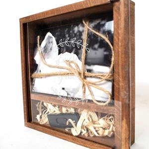 Fotódoboz, fényképes doboz fából, egyedi fotódoboz, esküvői fotótartó doboz. Egyedi, Esküvő, Nászajándék, Otthon & lakás, Lakberendezés, Ékszer, Ékszertartó, Fémmegmunkálás, Exkluzív megjelenés! Égerfa alapanyagból készült. NEM fenyő! A fedlap 100% átlátszó akril lap. Ez ol..., Meska