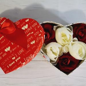 Valentin napra Szív alakú örökrózsa virágbox, Esküvő, Egyéb, Mindenmás, Szív alakú boxot készítettem selyemvirágból .A doboz anyaga karton ami be lett vonva I love you feli..., Meska