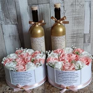 Szülőköszöntő szett esküvőre rózsaszín-fehér, Esküvő, Emlék & Ajándék, Szülőköszöntő ajándék, Mindenmás, Virágkötés, Szett:  2db 20 cm merev falú papír box habrózsákkal és egyedi felirattal valamint 2db díszüveg arany..., Meska