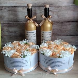 Szülőköszöntő szett esküvői barack-fehér-arany , Esküvő, Emlék & Ajándék, Szülőköszöntő ajándék, Mindenmás, Virágkötés, Szett:  2db 20 cm merev falú papír box habrózsákkal és egyedi felirattal valamint 2db díszüveg arany..., Meska