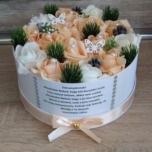 Szülőköszöntő virágbox esküvőre barack-fehér zöld díszes, Esküvő, Emlék & Ajándék, Szülőköszöntő ajándék,  Mivel megrendelésre készülnek a termékek így készleten nincsenek az elkészítési idő kb 10 munkanap ..., Meska