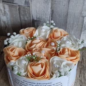 Szülőköszöntő virágbox barack-fehér, Esküvő, Emlék & Ajándék, Szülőköszöntő ajándék,  Mivel megrendelésre készülnek a termékek így készleten nincsenek az elkészítési idő kb 10 munkanap ..., Meska