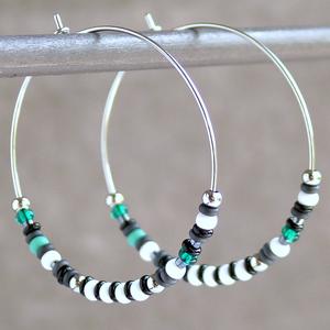 Gyöngyös karika fülbevaló / Fehér és türkiz fülbevaló / Nemesacél fülbevaló gyöngyökkel / Üvegyöngyös fülbevaló, Karika fülbevaló, Fülbevaló, Ékszer, Ékszerkészítés, Polírozott, ezüstszínű nemesacélból (316L) készített karika fülbevaló különböző színű és méretű, cse..., Meska