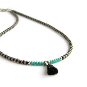 Bojtos, rövid nyaklánc / Szürke, fekete, türkiz nyaklánc bojttal / Bojtos nyaklánc / Gyöngynyaklánc / Gyöngyös nyaklánc, Nyaklánc, Ékszer, Gyöngyös nyaklác, Gyöngyfűzés, gyöngyhímzés, Ékszerkészítés, Egyszerű és modern, rövid nyaklánc kontrasztos színekben. \nCseh és japán üveggyöngyökből készült, ma..., Meska