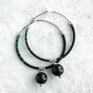 Fekete karika fülbevaló / Gyöngyös ombre fülbevaló / Nemesacél fülbevaló / Női ékszer, gyöngyékszer, ajándék nőknek - ékszer - fülbevaló - lógó fülbevaló - Meska.hu