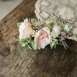 Hajdísz menyasszonyi, Esküvő, Hajdísz, ruhadísz, Mindenmás, Virágkötés, Halvány rózsaszínű angol rózsa , apró kövirózsák és különleges zöldek díszítik ezt a  minőségi selye..., Meska