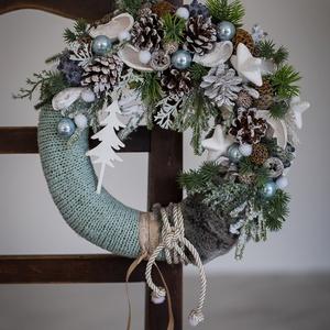 Karácsonyi kopogtató, ajtódísz téli, Otthon & Lakás, Karácsony & Mikulás, Karácsonyi kopogtató, Mindenmás, Virágkötés, 25 cm-es szalma alapot vontam be kötött anyaggal, (türkiz kék ) Minőségi selyem virágokkal, termések..., Meska