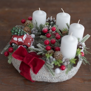 Karácsonyi kopogtató, asztali dísz, Otthon & Lakás, Karácsony & Mikulás, Adventi koszorú, Mindenmás, Virágkötés, 20 cm-es szalma alapot vontam be világos szürke kötött anyaggal. Klasszikus karácsonyi színeket hasz..., Meska