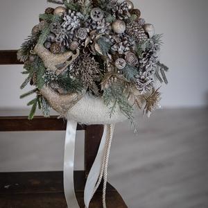 Karácsonyi kopogtató, ajtódísz, Otthon & Lakás, Karácsony & Mikulás, Karácsonyi kopogtató, Mindenmás, Virágkötés, 25 cm-es szalma alapot vontam be kötött anyaggal. Minőségi selyem virágokat terméseket  bronz színű ..., Meska