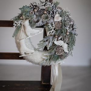Karácsonyi kopogtató, téli ajtódísz, Otthon & Lakás, Karácsony & Mikulás, Karácsonyi kopogtató, Mindenmás, Virágkötés, 25 -cm átmérőjű szalma alapot vontam be bézs színű kötött anyaggal. Fagyos fehér díszítést kapott , ..., Meska