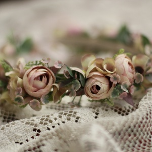 Fejdísz, fejkoszorú ,  koszorús lány ,nyoszolyó lány koszorú, Esküvő, Hajdísz, Fejkoszorú, Mindenmás, Virágkötés, Antik púder színű boglárkák, kiegészítők felhasználásával készült fejdísz. Minőségi selyemvirágokból..., Meska