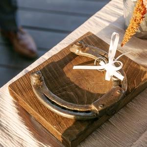 Gyűrűtartó patkóval, Esküvő, Kiegészítők, Gyűrűtartó & Gyűrűpárna, Famegmunkálás, Fémmegmunkálás, Fa alapra helyezett lópatkó szalaggal gyűrűtartónak. Valódi lópatkó felhasználásával készült. \nA ter..., Meska