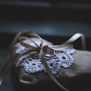 Natúr, szív alakú gyűrűpárna horgolt dísszel, Esküvő, Kiegészítők, Gyűrűtartó & Gyűrűpárna, Horgolás, Varrás, Natúr vászonból készült, szív alakú gyűrűpárna, saját készítésű, választható színű horgolt dísszel \n..., Meska
