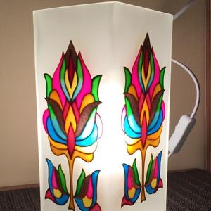 Asztali lámpa - tulipán, Otthon & Lakás, Lámpa, Asztali lámpa, Festett tárgyak, Üvegművészet, A natúr üveglámpa két oldalát festettem meg üvegfestékkel.\nKeDo mintáját saját színvilággal készítet..., Meska