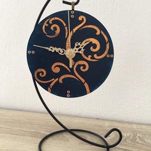 Asztali óra, Otthon & lakás, Lakberendezés, Falióra, óra, Dekoráció, Festészet, Az asztali óra 12 cm átmérőjű üveg körlap fém tartóval, zajtalan óraszerkezettel felszerelve.\nEgyedi..., Meska