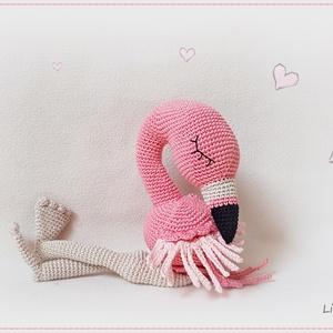 Flóra, flamingó, Madár, Plüssállat & Játékfigura, Játék & Gyerek, Horgolás, Bájos kis flamingó.\nAlszik a kisasszony... \nÉbreszd fel, vidd haza, öleld át :)\nMérete: ülőmagassága..., Meska
