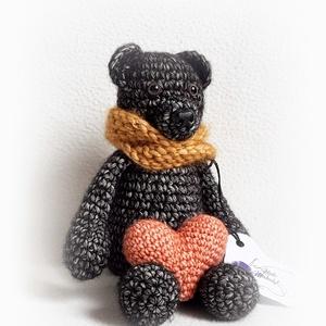 Fekete medve, Maci, Plüssállat & Játékfigura, Játék & Gyerek, Horgolás, Szerelmes, édes kismackó <3\nKabalának, gyerekszoba és lakásdíszként, kiságyba, nagy ágyba :)\nA szív ..., Meska
