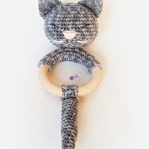 Baba csörgők - cica v. sárkány, Játék & Gyerek, 3 éves kor alattiaknak, Csörgő, Horgolás, Baby csörgők fakarikán, 100% bababarát pamutfonalból.\nGyengéden csörögnek, a csörgő körbebélelve vat..., Meska