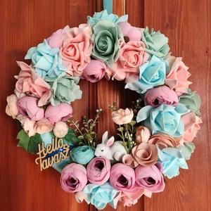 Helló Tavasz vidám színes ajtódísz, Otthon & lakás, Dekoráció, Lakberendezés, Ajtódísz, kopogtató, Mindenmás, Virágkötés, 25 cm-es alapra készült, kb. 30 cm széles lett. Színes virágok, selyemszalag és kerámia nyuszi. Nem ..., Meska