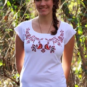 Hímzett barna madárkás matyó póló, Póló, felső, Női ruha, Ruha & Divat, Hímzés, Póló anyaga: 100% pamut\nPóló márkája: Lilifolk\nPóló színe: fehér\n\nMinta színe: barna-piros\n\nSaját má..., Meska
