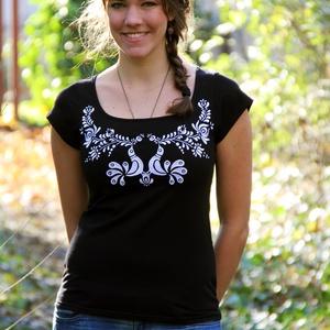 Hímzett fekete-fehér madárkás matyó póló, Póló, felső, Női ruha, Ruha & Divat, Hímzés, Póló anyaga: 100% pamut\nPóló márkája: Lilifolk\nPóló színe: fekete\nMinta színe: fehér\n\nSaját márkás p..., Meska
