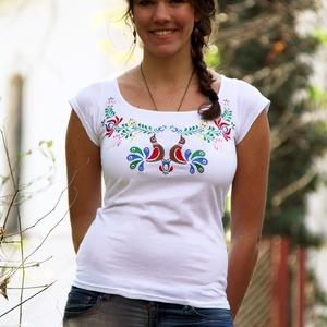 Hímzett fehér póló színes matyó madárkákkal, Póló, felső, Női ruha, Ruha & Divat, Hímzés, Póló anyaga: 100% pamut\nPóló márkája: Lilifolk\nPóló színe: fehér\n\nMinta színe: színes\n\nSaját márkás ..., Meska