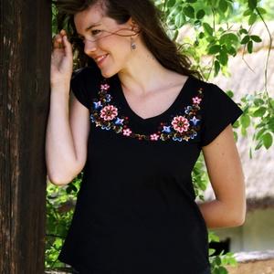 Hímzett Hódmezővásárhelyi póló-fekete, Póló, felső, Női ruha, Ruha & Divat, Hímzés, Póló anyaga: 100% pamut\nPóló márkája: Lilifolk\nPóló színe: fekete\nA pólót Hódmezővásárhelyi minták a..., Meska