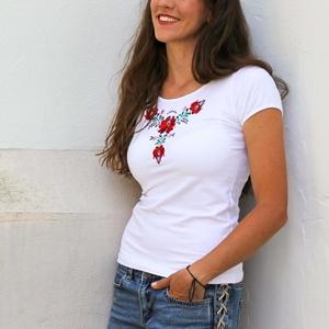 Hímzett Matyó rövid ujjú-Fehér, Magyar motívumokkal, Táska, Divat & Szépség, Női ruha, Ruha, divat, Póló, felsőrész, Hímzés, Varrás, A mintát a Matyó népművészeti motívumok alapján terveztem. Magyar termék.\n\nPóló anyaga:  93% pamut, ..., Meska