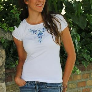 Kékkel hímzett Matyó rövid ujjú-Fehér, Póló, felső, Női ruha, Ruha & Divat, Hímzés, Varrás, A mintát a Matyó népművészeti motívumok alapján terveztem. Magyar termék.\n\nPóló anyaga:  93% pamut, ..., Meska