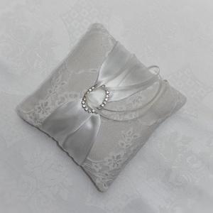 Antik gyűrűpárna- Diana, Esküvő, Gyűrűpárna, Varrás, Diana\n\n15cmx15cm, vastagsága: 5cm\n\nVilágos, nyers színű vászon alapon áttetsző szaténfényű csipke, t..., Meska